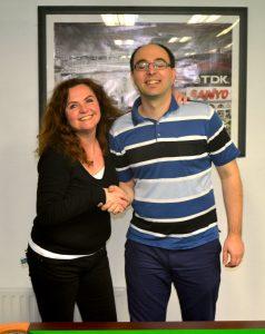 Der Turnierleiter gratuliert Renate zu Ihrem ersten Turniersieg